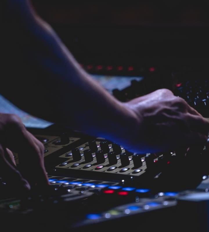 Jak zagrać swój pierwszy gig? Wskazówki dla początkujących DJ-ów