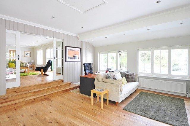 W sprzedaży znajdziemy wiele rodzajów desek drewnianych na podłogi